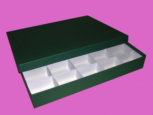 Caja verde con 25 compartimentos